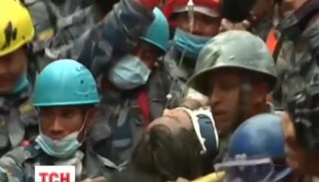 Пострадавших во время землетрясения альпинистов эвакуировали с Эвереста
