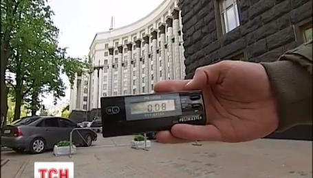 Корреспондент ТСН собственноручно проверил уровень радиации в Киеве