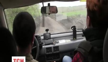 На Луганщине недалеко от трассы Бахмутка боевики обстреливают Крымское