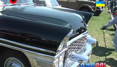 Одну из 20 коллекционных «Чаек» показали в Киеве на выставке ретро-автомобилей