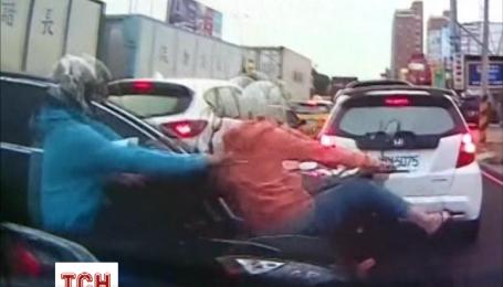 В Китаї вантажівка протаранила 27 транспортних засоби