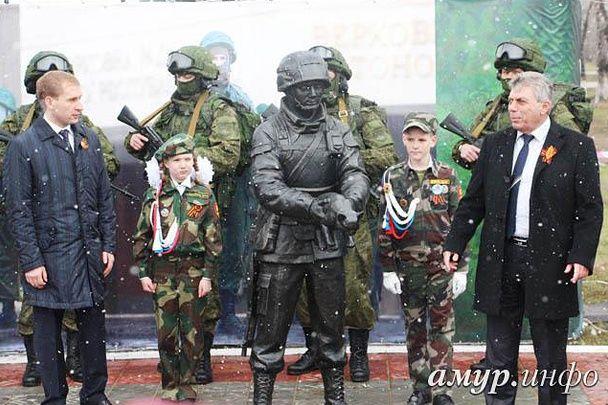 """В России открыли памятник """"зеленому человечку"""""""