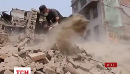В Непале на 13 день после стихии спасатели продолжают разгребать завалы