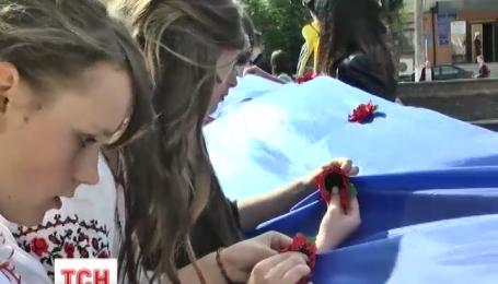 Винницкие студенты с нарушениями слуха изготовили сотни маков ко Дню победы