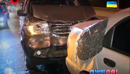 Три автомобиля столкнулись в Киеве и заблокировали движение
