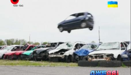 Британцы соревновались в самом длинном полете на автомобили