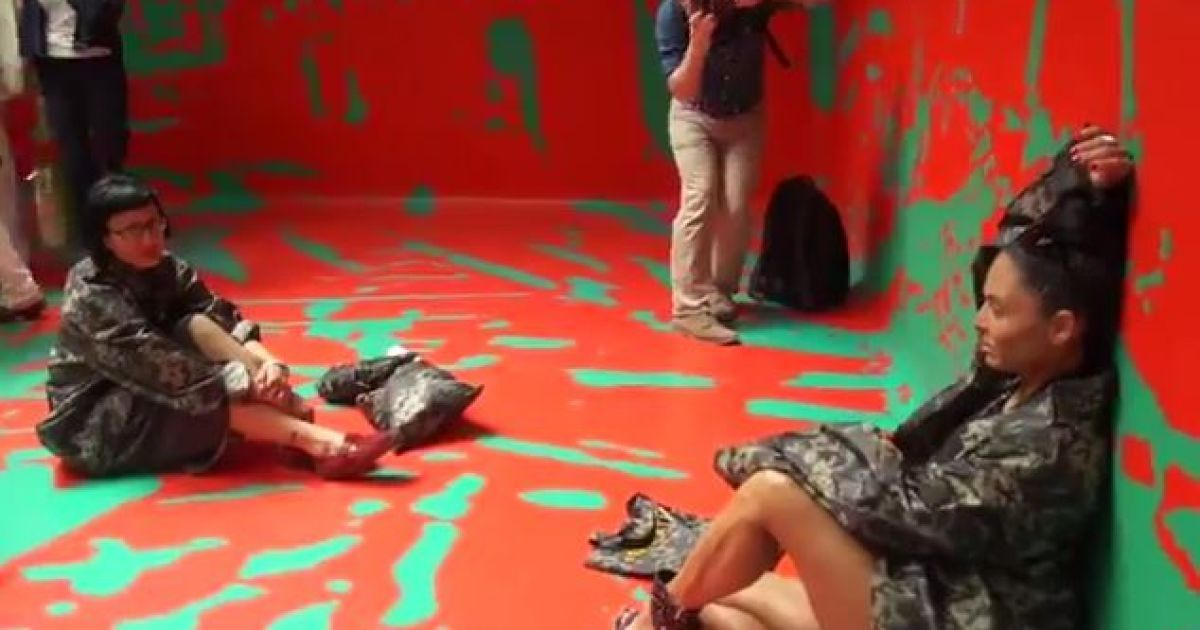 """На биеннале украинские художники устроили """"вежливый"""" перфоманс @ скріншот з відео"""