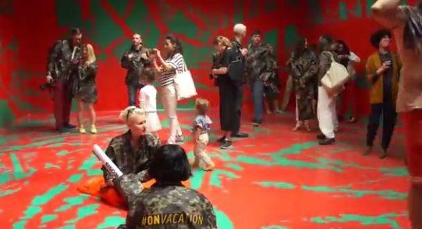 """Украинские """"зеленые человечки"""" в военной форме """"оккупировали"""" российский павильон на биеннале"""