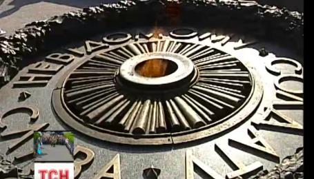 Вічний вогонь знову горить на честь загиблих героїв у Другій світовій війні