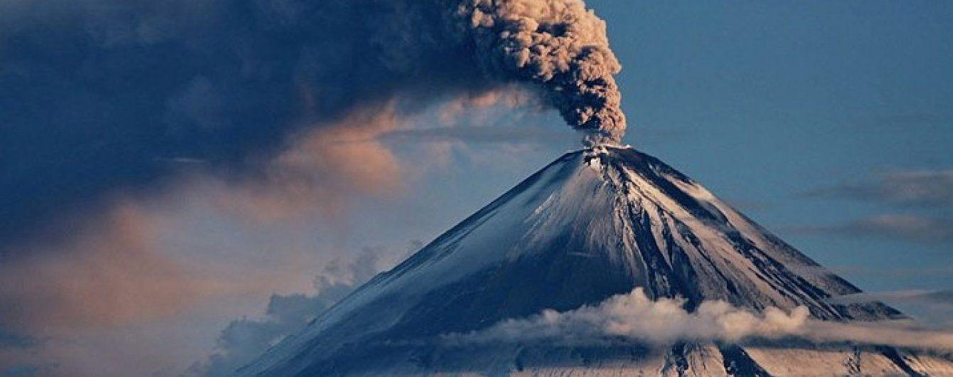 """Один з активних вулканів Євразії """"плюється"""" попелом на 6 кілометрів"""