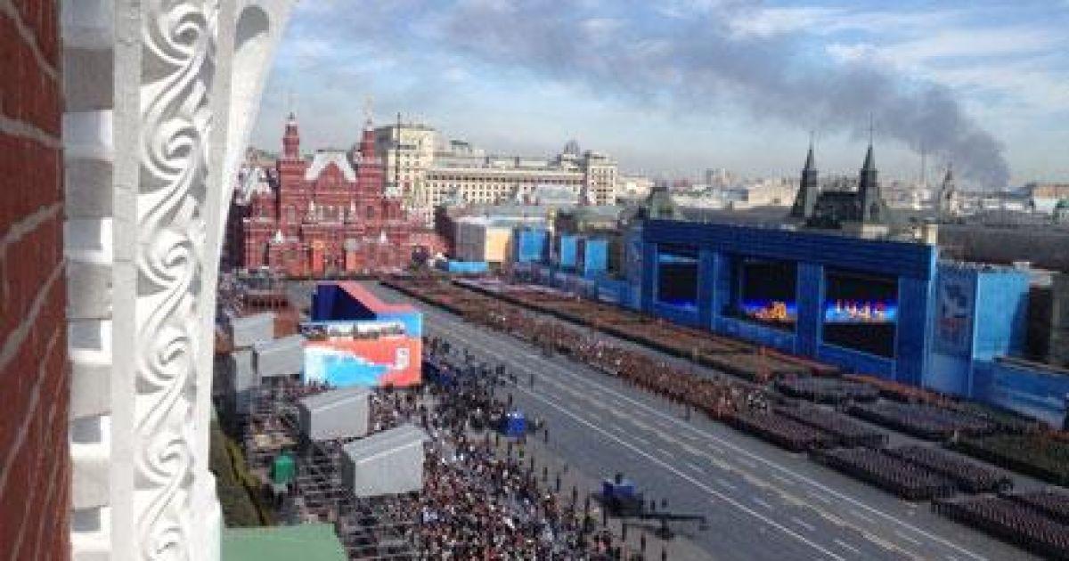 Дим від сильної пожежі на складі в Москві видно навіть на Красній площі @ Звезда