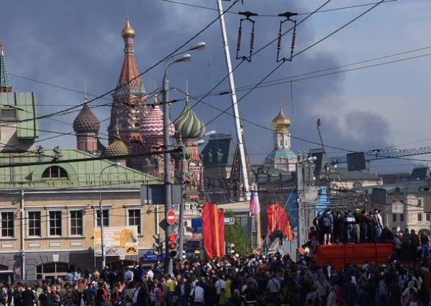 У Москві сильний вогонь гасять 20 пожежних автомобілів і вертоліт, а стовп диму видно на параді біля Кремля