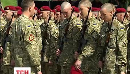 500 новобранцев на площади перед Музеем истории войны поклялись служить народу Украины