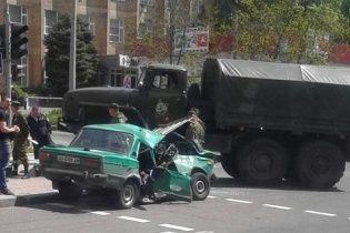 """В Донецке старенькие """"Жигули"""" превратились в кучу металлолома после ДТП с грузовиком боевиков"""