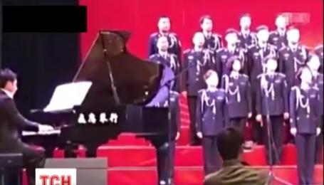 У Китаї під 80 артистами хору провалилася сцена