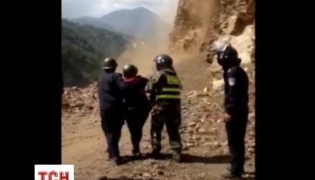 Из-за землетрясения в Непале людей завалило камнями в Тибете