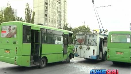 В Харькове столкнулись рейсовая маршрутка и троллейбус