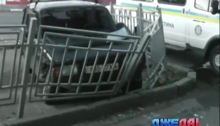В Харькове на полной скорости «Тойота» влетела в дом