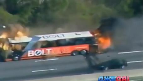 В США на дороге взорвался пассажирский автобус