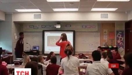 Учитель из штата Новый Орлеан сделал любимой предложение с помощью учеников