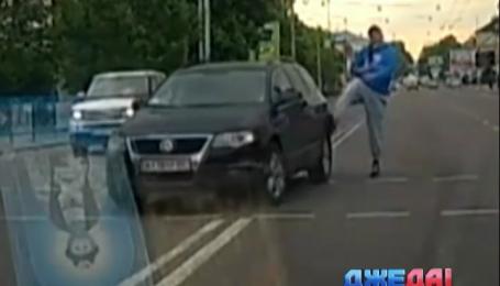 Автомобилист не пропустил пешехода, и тот избил водителя