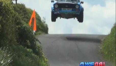 Гоночное авто слетело в воздух