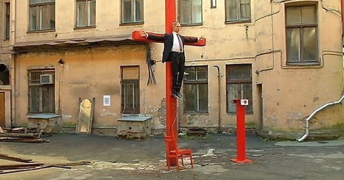 В центре Риги распяли статую Путина @ ТВ5