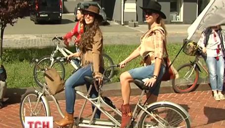 Киевлянки сегодня популяризировали вело-транспорт
