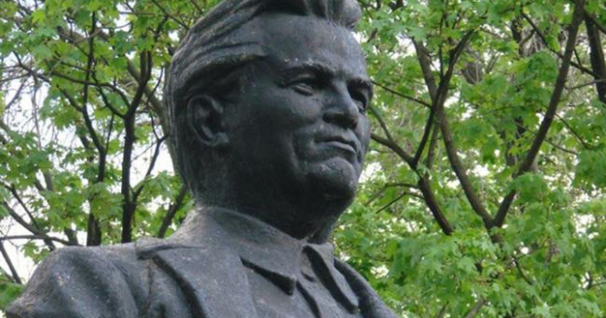 В Харькове повалили памятник Кирову @ РБК-Украина