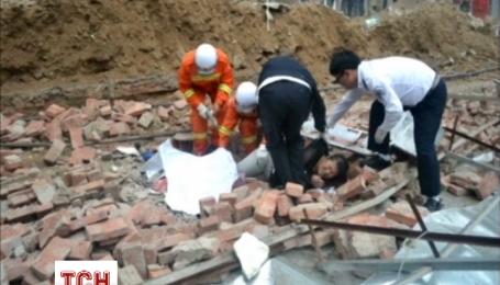 Сильний вітер повалив стіну на пішоходів у Китаї