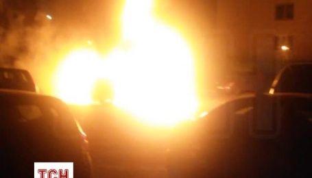 У Києві після вибуху згорів Grand Chekoree і припарковані поряд авто