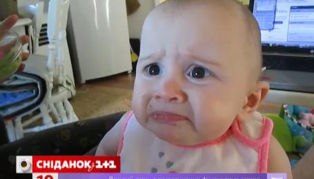 Немовля вперше спробувало авокадо і скривилося