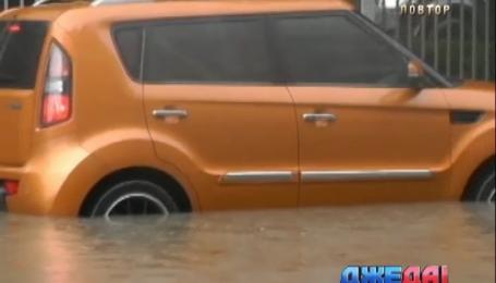 В Китае автомобили утонули на дороге