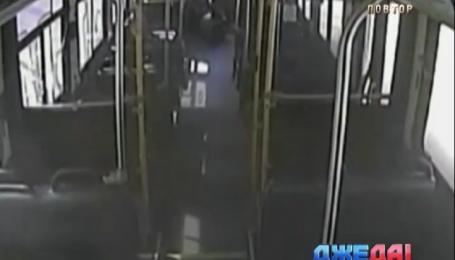 Рейсовый автобус застрял на железнодорожном переезде в США