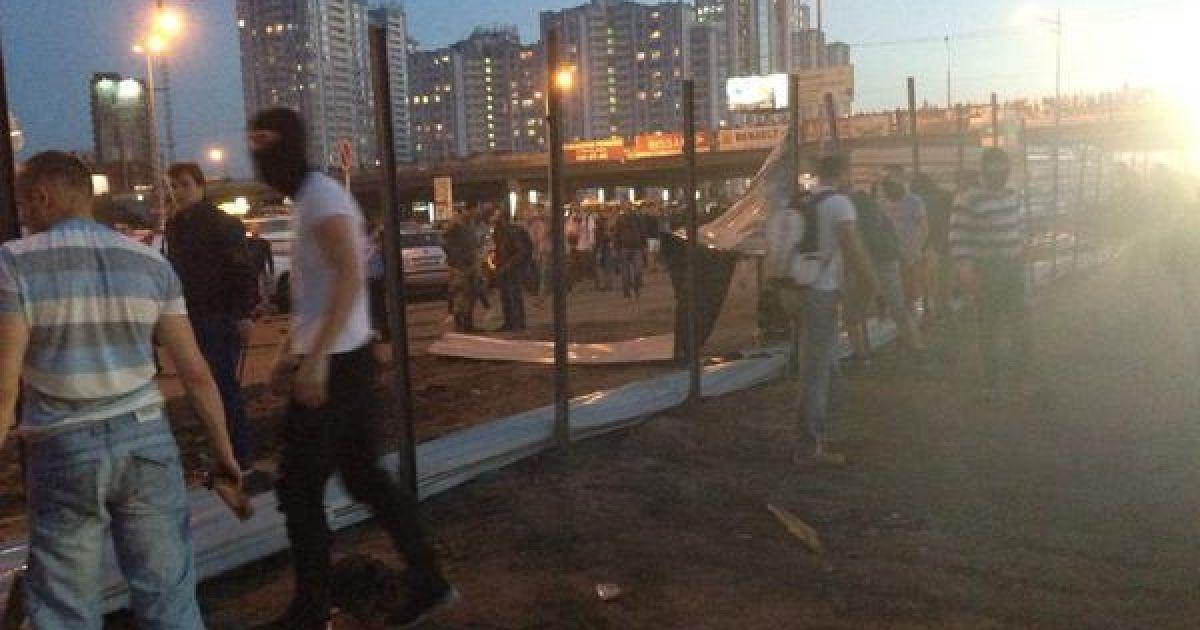 """Активісти проти забудови майданчику біля метро """"Осокорки"""". @ twitter.com/Громадське ТБ"""