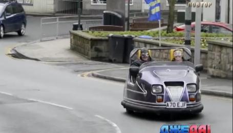 Шотландец вывел на дорогу машинку из парка аттракционов