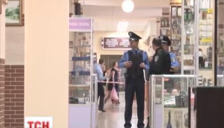 Озброєний чоловік захопив двох заручниць у середмісті Одеси