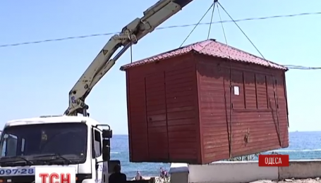 В Одессе начали демонтировать киоски, незаконно установленные на черноморском побережье