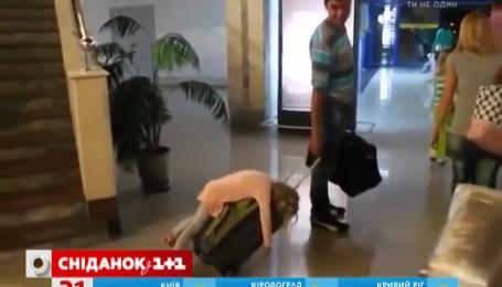 Девочка заснула на чемодане