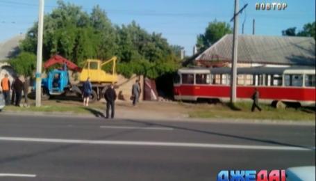 В Харькове трамвай сошел с рельсов и заехал в забор