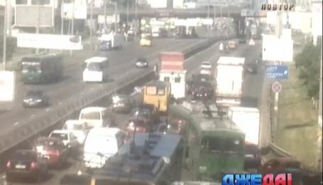 Через тройное ДТП в столице возникла пятикилометровая пробка