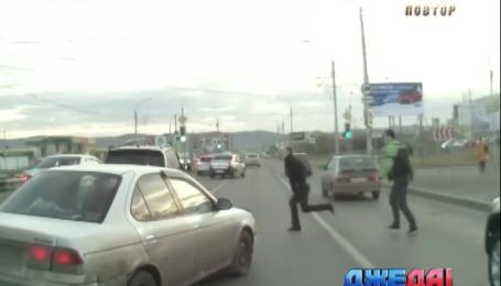 Наглого водителя избили за пренебрежение правилами. Подборка мировых аварий