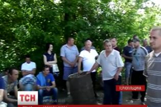 На Тернопільщині місцеві жителі оточили свиноферму блокпостами