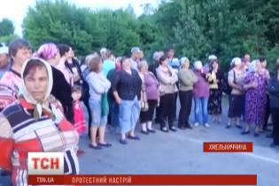 В Хмельницкой области возмущенные крестьяне перекрыли дорогу, протестуя против закрытия школы