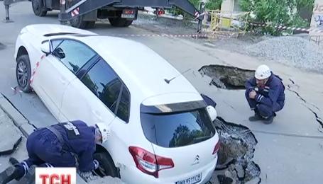 В Голосеевском районе Киева под асфальт провалился автомобиль