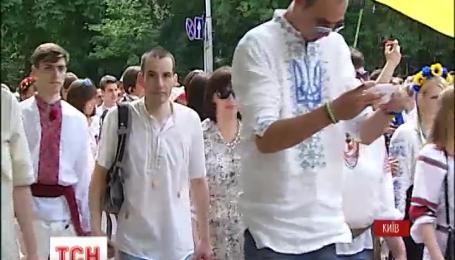 Около пяти тысяч человек в вышиванках прошли маршем по центру столицы