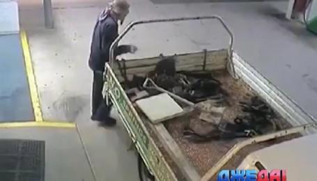 Преступник-неудачник хотел ограбить банкомат, но не смог пристегнуть трос