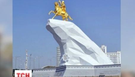 В Ашгабаті відкрили позолочений пам'ятник чинному президенту Туркменістану