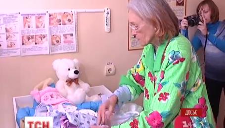 Найстарша мати України не дозволяє доньці гуляти з іншими дітьми