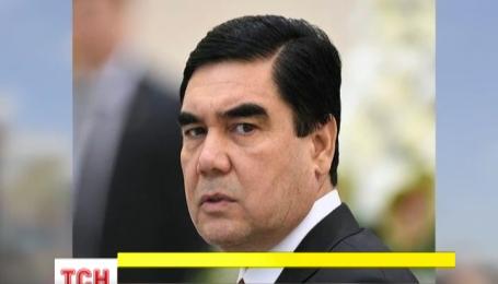 В Ашгабаті відкрили позолочений пам'ятник президенту Туркменістану